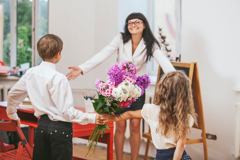 Прикольные картинки учителя завалены цветами